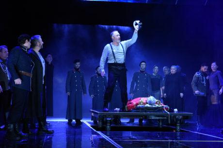 Macbeth (Pavel Klečka) je trochu usurpátor, trochu nešťastný strejda, co musí nosit kšandy. Jak k sobě mají tyto polohy blízko! FOTO PAVEL KŘIVÁNEK