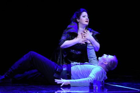 Macbetha (Pavel Klečka) dohnala ke zločinům vášnivá láska k Lady Macbeth (Csilla Boross) FOTO PAVEL KŘIVÁNEK