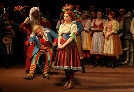 Byl také autorem kostýmů a dekorací k inscenaci opery Antonína Dvořáka Čert a Káča režiséra Mariána Chudovského v pražském Národním divadle (prem. 21. 9. 2003) FOTO archiv ND