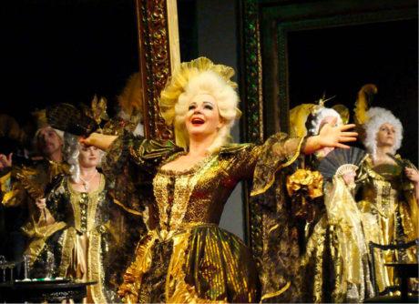 Jako Hraběnka z Coigny v opeře André Chénier na scéně ostravské opery. V pražské inscenaci téže opery zpívá stařenku Madelon FOTO MARTIN POPELÁŘ