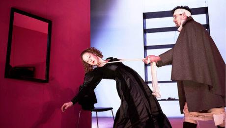 Jako týraná vražedkyně Géša s bratrem Johannem (Miloslav Tichý) v inscenaci Brémská svoboda (režie Martin Františák, premiéra 2015 v Městském divadle Kladno) FOTO PATRIK BORECKÝ