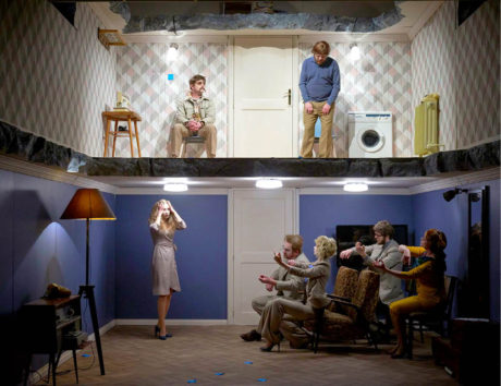 Už scéna Marka Cpina, tedy dům, jenž provokuje ohlodanými zdmi a stropy, evokuje neštěstí... FOTO KIVA