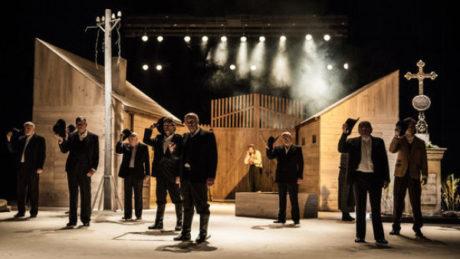 Je to divadlo výpravné, důrazně inscenující všemožné atributy vesnického života, velkoformátové... FOTO archiv NDB