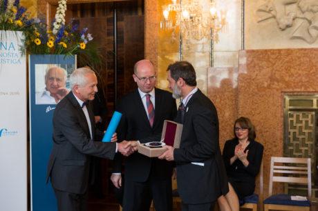 Premiér Sobotka a předseda poroty prof. Jan Pirk předávají Cenu Arnošta Lustiga. FOTO Agentura Q and A, s.r.o.
