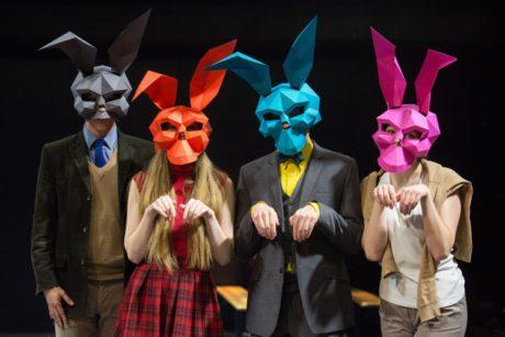 Nasazovali si na hlavy stylizované masky barevných králíků, hráli na hudební nástroje a zpívaly. FOTO archiv JAMU