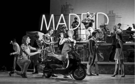 V muzikálu Ženy na pokraji nervového zhroucení, který vznikl podle filmu španělského režiséra Pedra Almodóvara, nesmí chybět neonový nápis Madrid... FOTO MICHAL MRÁKA