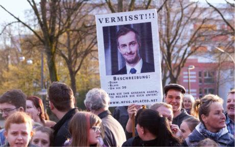 Pohřešuje se: Hubený / Bledý / Kolem 30 (Z demonstrace na podporu Jana Böhmermanna 8. dubna v Marlu)  FOTO SVEN SIMON