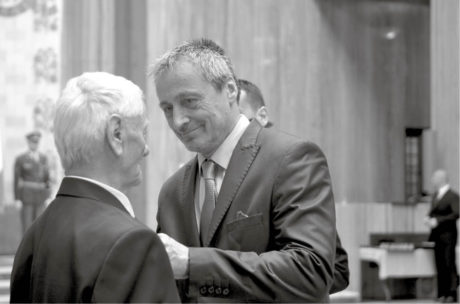 Ministr obrany Martin Stropnický uděluje vyznamenání v Národním památníku na Vítkově FOTO JANA DECKEROVÁ