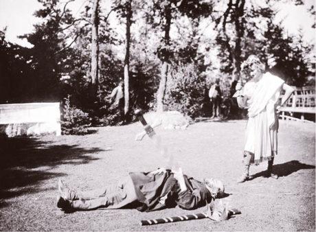 Václav Čekan ml. (Pyramus) a Čestmír Ryšánek (Thisbe) v řemeslnické scéně Shakespearovy hry Sen noci svatojánské, Lesní divadlo Řevnice 1920  FOTO ARCHIV
