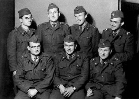 Voják… Sedící první zleva (asi 1955) FOTO RODINNÝ ARCHIV