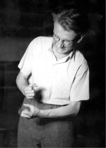 Jako Versněv v Makarenkově poemě Začínáme žít, s níž se – se souborem Mladá scéna ČSM Hradec Králové – účastnil v roce 1951 Jiráskova Hronova. V inscenaci spolu s ním vystupovali i později slavní herci Ivo Palec a Luděk Munzar FOTO RODINNÝ ARCHIV