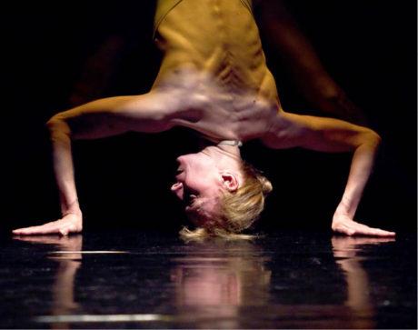 Fractured (režie Jan Komárek, choreografie A. Miltnerová, premiéra 3. 12. 2010, Divadlo Alfréd ve dvoře, Praha) FOTO VOJTĚCH BRTNICKÝ