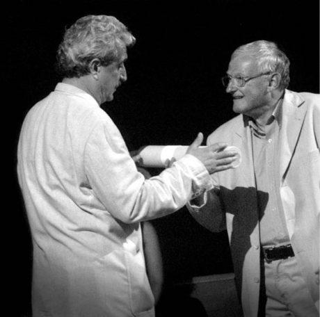 S ministrem kultury Pavlem Dostálem, který mu předává Cenu Ministerstva kultury za neprofesionální divadelní a slovesné aktivity. Jiráskův Hronov 7. 8. 2004 FOTO IVO MIČKAL