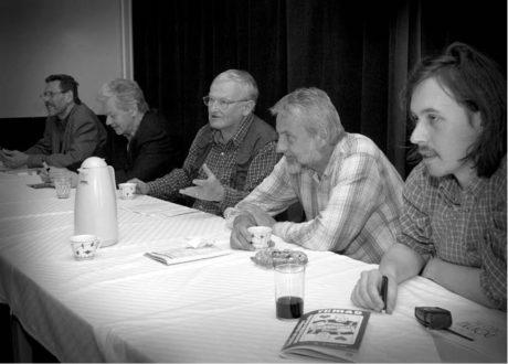 Zleva šéfredaktor měsíčníku Amatérská scéna Milan Strotzer, režisér František Laurin, JC, režisér Milan Schejbal a teatrolog a dramaturg Jan Šotkovský, Divadelní Třebíč 2005 FOTO IVO MIČKAL