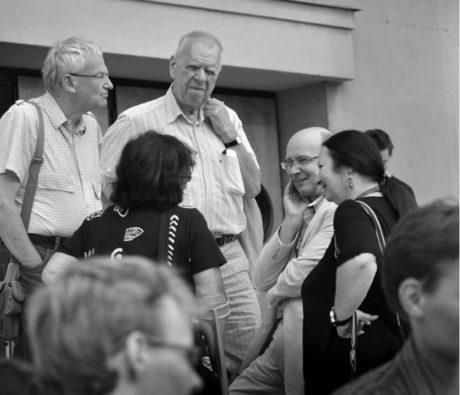 S dramatikem Milanem Uhdem a představiteli ministerstva kultury na schodech Jiráskova divadla v Hronově. Jiráskův Hronov 2009 FOTO IVO MIČKAL