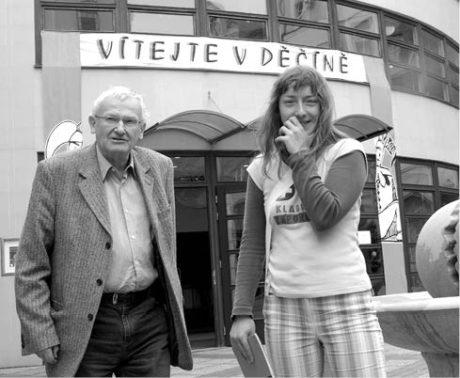 S herečkou svého oblíbeného amatérského kladenského divadla V.A.D. Lenkou Hulákovou, Divadelní Děčín 2007 FOTO IVO MIČKAL
