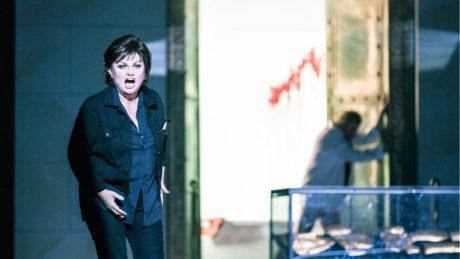 Elektra (Susan Bullock) je obyčejná současná žena, která se nechala zavřít v galerii FOTO PATRIK BORECKÝ