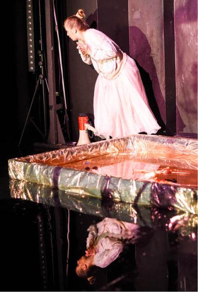 Surrealistickou inscenaci Gałgan režírovala mladá polská režisérka Ewelina Marciniak  FOTO MILOŠ SKÁCEL