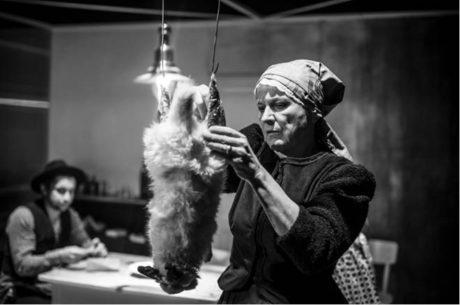 Simona Peková jako matka-alkoholička, furiantsky vděčná za každé narušení své samoty FOTO JAKUB JÍRA