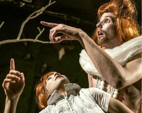 Jako Královna v inscenaci Orlando podle textu Virginie Woolfové. Režie Anna Petrželková, Divadlo Na zábradlí, 2014 FOTO PATRIK BORECKÝ