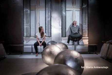 V malém prostoru bytu byli diváci usazeni do jednoho z pokojů a společně se čtyřmi herci prožívali propletený milostný příběh. FOTO MARTA ANKIERSZTEJN