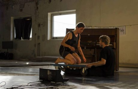 Jako druzí se představili Fero Király a Zuzana Žábková v duu Botulus se zvukově-kinetickou akcí zahrnující i jejich pohybové kreace. FOTO Facebook