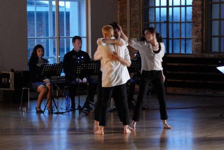 Petr Kotík: William William, zpívají Alma Samimi, Markus Hollop, tančí Giordano Bozza, Rei Masatomi, Isabelle Ayers. FOTO MARTIN POPELÁŘ