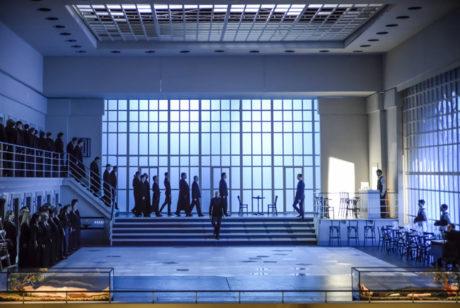 Na obrovitou plochu zaoceánského parníku zástupem vstupují pomalými kroky černě odění lidé s hudebními nástroji v rukou. FOTO archiv NdB