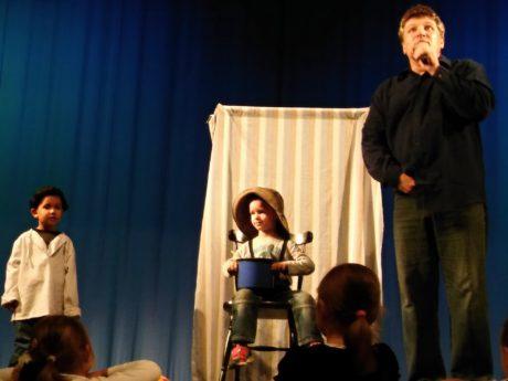 """Šaňo si zvolil nejtěžší možnou divadelní disciplínu ze všech, sólové hraní pro nejmenší diváky v jejich """"domácím"""" prostředí. (Janko Hraško, DK Zrkadlový Háj , Bratislava). FOTO archiv A. P."""