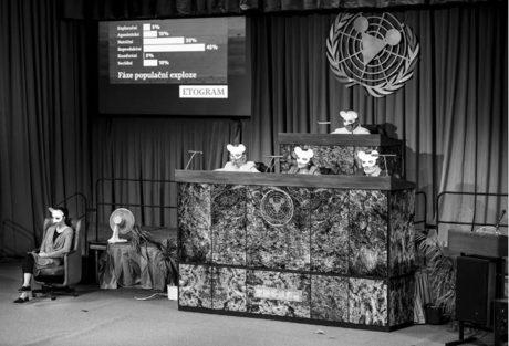Funkční je imitace kongresového sálu, jíž scénograf Dragan Stojčevski dosáhl věrnou nápodobou interiéru Nové scény  FOTO PETR NEUBERT
