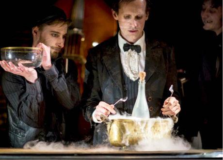 Hercům v Kar stačí lahev od šampusu, chladicí nádoba a dvě lžičky, aby zprostředkovali velkolepou scénu domácí lázně FOTO ARCHIV DAMÚZA
