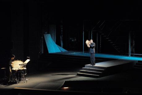 Iannis Xenakis: Oresteia. Provedení části Kassandra, bicista Tamás Schlanger, barytonista Holger Falk. FOTO MARTIN POPELÁŘ