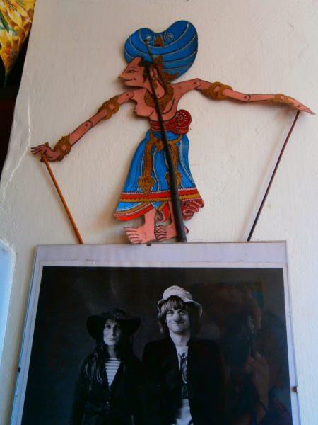 Vedle lednice stráží fotografii z Divadelní poutě, na které pózuje klaun Bilbo s tetičkou De Bilbas/Lenkou Machoninovou, která právě slaví šedesáté pětiny!/ mistrovskému triu Poláček, Malý, Lutterer, podivná loutka. FOTO autor