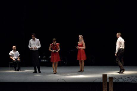 Vladimir Benderski (Mluvící muž 1), Vojtěch Semerád (Zpívající muž 1), Aneta Bendová (Zpívající žena 1), Eva Geislová (Zpívající žena 2), Josef Škarka (Zpívající muž 2). FOTO ROMAN POLÁŠEK