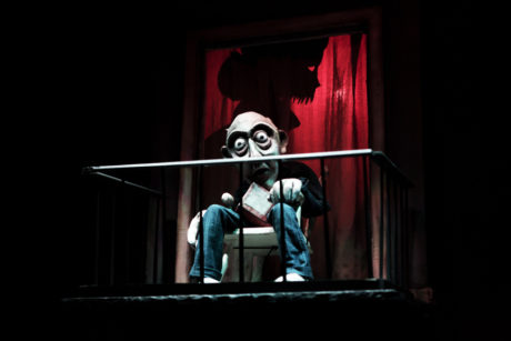 Staříka sedě bez pohybu na balkoně nevnímá hádky a šílení rodiny v pokoji za svými balkonovými dveřmi. FOTO archiv souboru