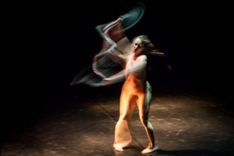 Fascinující je především závěr, kdy se performerka velmi dlouho točí stále dokola osy svého tančícího/pohybujícího se těla po vzoru dervišů. FOTO archiv