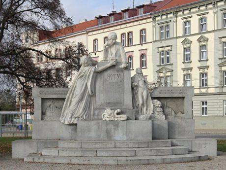 Pomník autora Vojtěcha Šípa, který od roku 2012 stojí na Mikulášském náměstí, dříve stával v Lochotínském parku a ještě dříve v Husově ulici, kde ovšem musel ustoupit stavbě autobusového nádraží. FOTO archiv