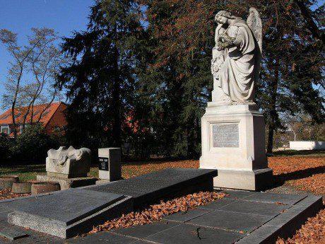 Hrob Josefa Kajetána Tyla na hřbitově na Mikulášském náměstí. FOTO ZDENĚK VAIZ
