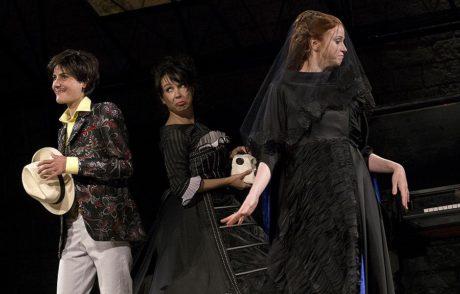 Hvězdami představení se tak stávají obě hlavní představitelky dívčích postav – Olivie Marie Doležalové (vlevo) a Viola Moniky Timkové (vpravo). Uprostřed je Nela Boudová. FOTO LSS