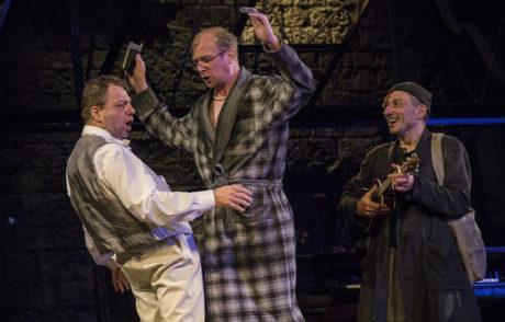 Zleva Milan Šteindler alternující postavu Tobiáše Říhala, Martin Pechlát jako Malvolio a Petr Stach jako šašek Feste. FOTO LSS