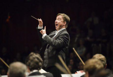 K dirigentskému pultu přistoupil dirigent Jaroslav Kyzlink. První dirigentské gesto. Mám tu chvíli rád. FOTO MAREK OLBRZYMEK
