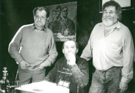 Ivo Vodseďálek, Egon Bondy a Radim Vašinka po večeru Bondyho poezie v Rubínu (bolševiky zrušeném Orfeovi) - prosinec 1989. FOTO CHOCHOLA - archiv Divadla Orfeus.