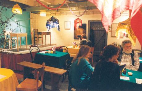 Interiér Divadelního salonu Krytového divadla Orfeus (Radima Vašinka vpravo). FOTO archiv Divadla Orfeus