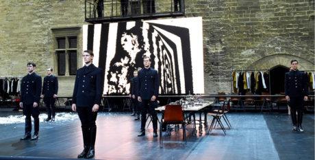 Naštěstí se ve dvoraně Papežského paláce hráli Viscontiho Proklatí  (Les Damnés) v režii Ivo van Hovea a v podání pařížské Comédie-Française  FOTO CHRISTOPHE RAYNAUD DE LAGE