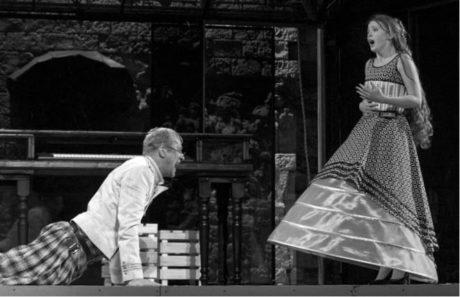 Martin Pechlát jako po většinu času uměřený Malvolio a Marie Doležalová jako roztomile naivní Olivie FOTO VIKTOR KRONBAUER
