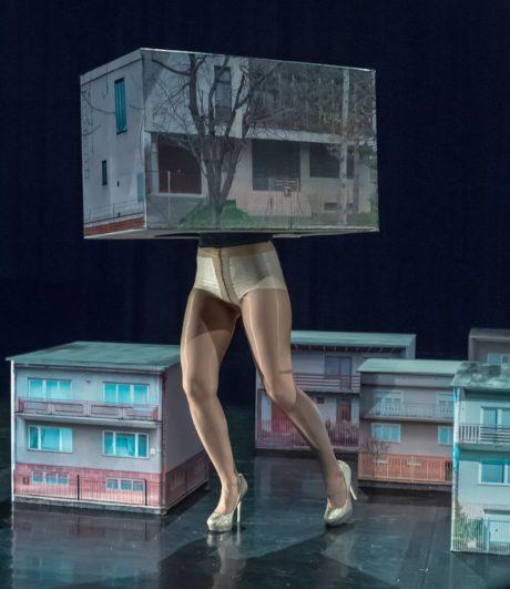 Slovenská performerka se pohybuje po scéně mlčky, zdrženlivě, pomalu a klidně. Přesto plně opanovává prostor. FOTO archiv