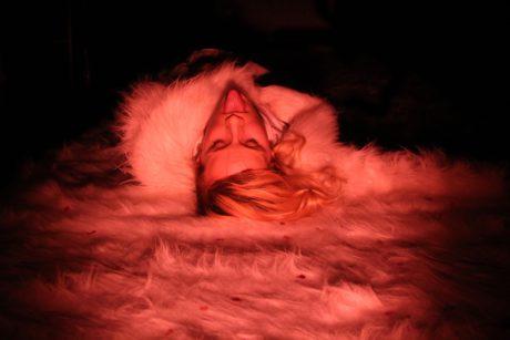 Provokativní Nela H. Kornetová na hebkém plyši FOTO ARCHIV SOUBORU