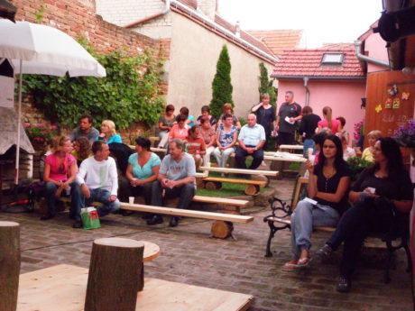 Dvorek se rychle zaplňoval návštěvníky. FOTO JIŘÍ P. KŘÍŽ