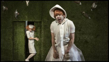 Vstoupili herci stylizovaní do průsvitných sítin erotických negližé a svůdné bělosti feudálů s bláznivými parukami i klobouky na hlavách. FOTO archiv Masopust