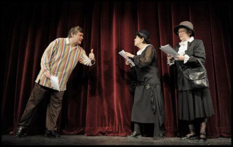 Jaroslava Pokorná, Naďa Vicenová a Miroslav Hanuš v inscenaci v Divadle v Dlouhé (režie Hana Burešová, premiéra 4. prosince 2009) FOTO ARCHIV DIVADLA